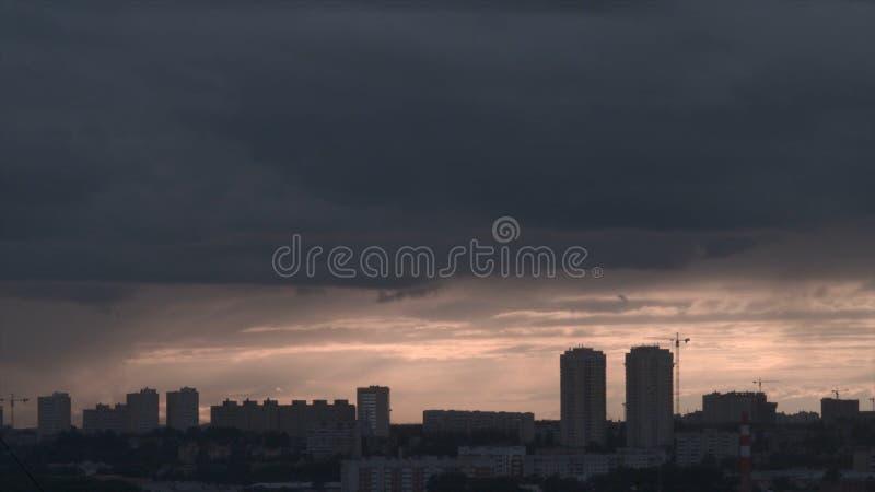 Шторм над городом Екатеринбурга Пасмурная погода в городе стоковые изображения