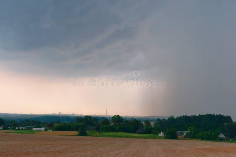 Шторм приходит, облака шторма собирает перед проливным дождем стоковые изображения rf