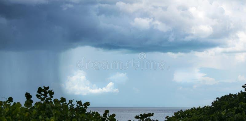 Шторм причаливая над Мексиканским заливом стоковые фотографии rf