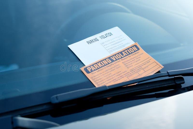 Штраф билета нарушения автостоянки на лобовом стекле стоковое фото rf