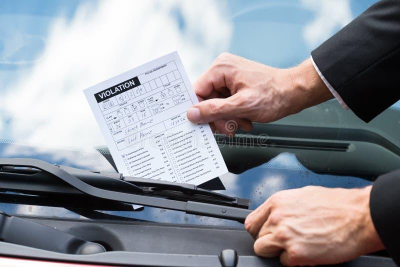 Штраф за нарушение правил стоянки на лобовом стекле автомобиля стоковые изображения