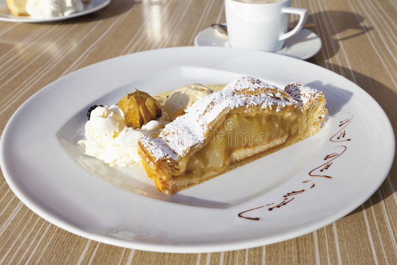 Штрудель Яблока с ванильным мороженым, соусом и взбитой сливк стоковое изображение rf