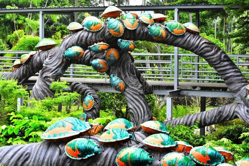 Штукатурка, животные и насекомые много видов которая имитирует различные животные изображения в парке, стоковое фото