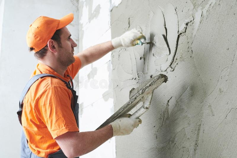 Штукатур кладя гипсолит на стену движение медленное стоковое изображение