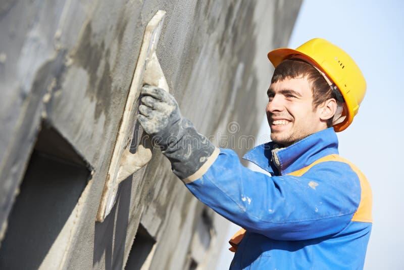 Штукатур строителя фасада на работе стоковая фотография rf