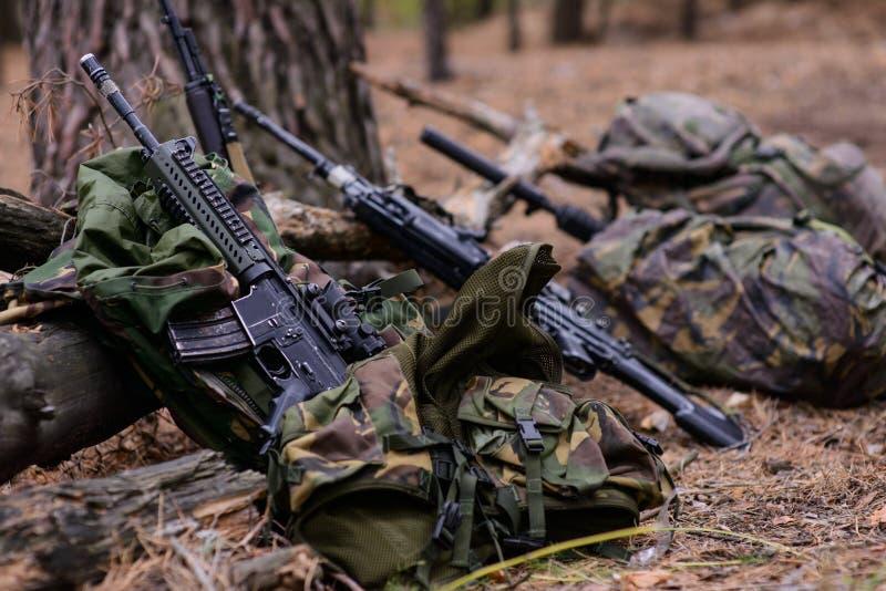 Штурмовая винтовка и воинские рюкзаки стоковые фотографии rf