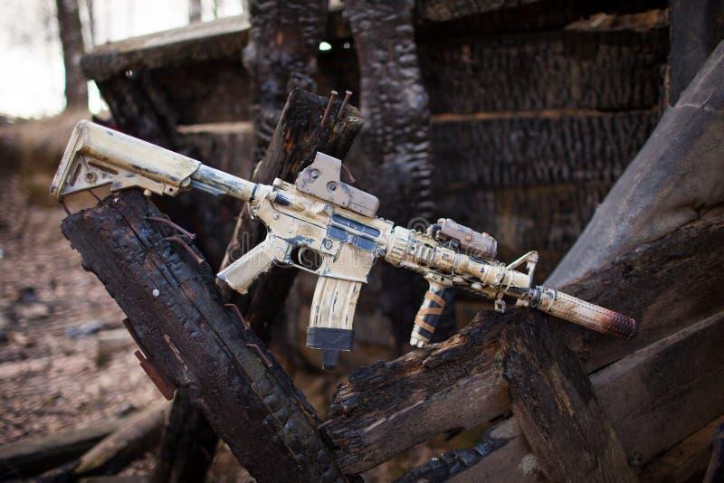 Штурмовая винтовка, покрашенная в цвете песка стоковые фотографии rf