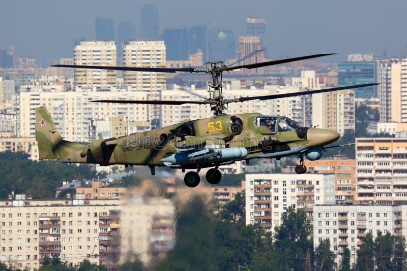Штурмовой вертолет аллигатора 53 Kamov Ka-52 ЖЕЛТЫЙ русской военновоздушной силы изображенный над городом Москвы в Lyubertsy стоковые изображения rf