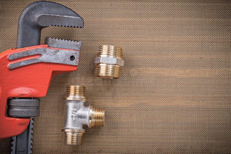 Штуцеры соединителя ключа водопроводчиков латунные на фильтре сетки чистки стоковые фотографии rf