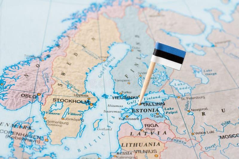 Штырь флага Эстонии на карте стоковое фото rf