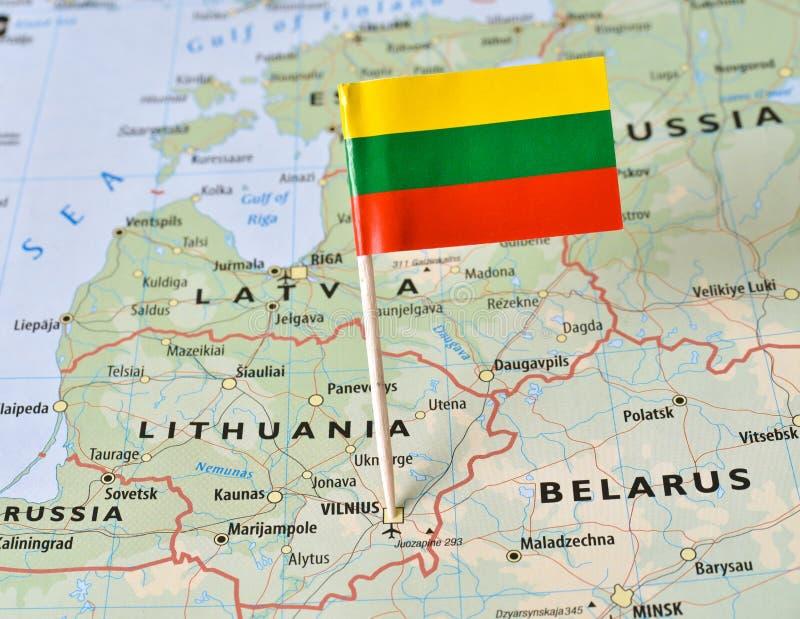 Штырь флага Литвы на карте стоковые фотографии rf