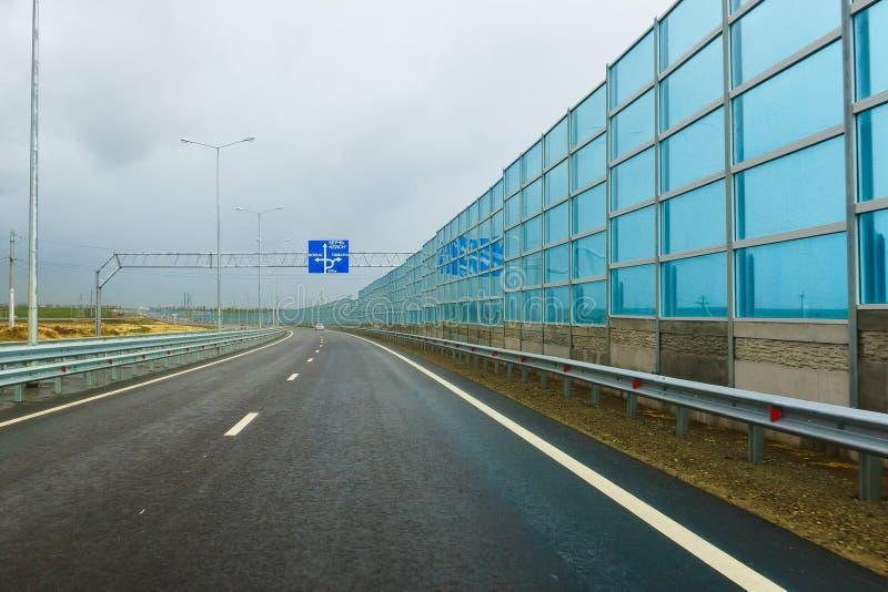 Шум-поглощая экраны на новой дороге A-290 в прошлом M25 в районе деревни Taman на пасмурный день осени стоковое изображение rf
