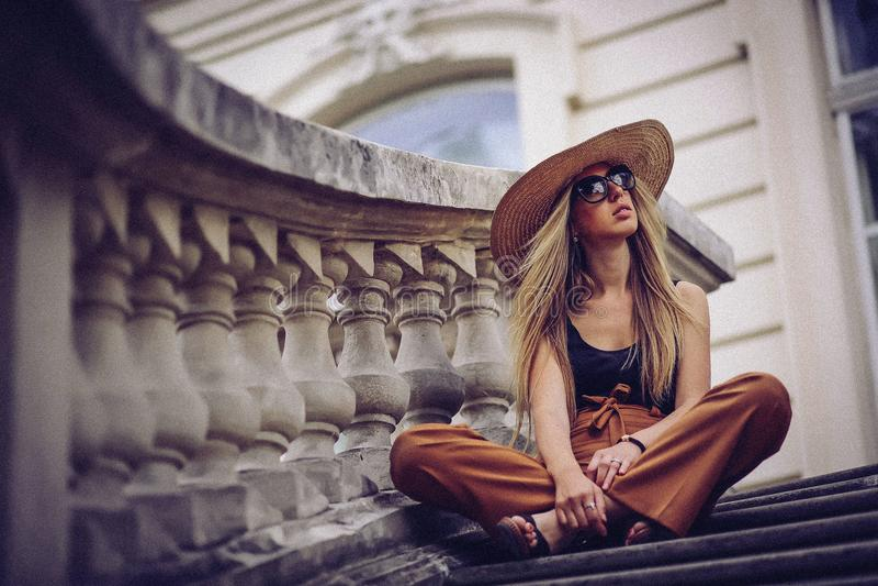 шум Портрет женщины в Львове, Украине Счастливое беспристрастное путешествие перемещения стоковые фотографии rf