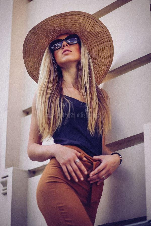 шум сбор винограда типа лилии иллюстрации красный Красивая элегантная женщина в шляпе внешней Fa стоковое изображение