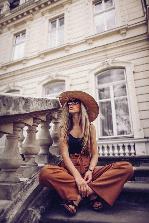 шум сбор винограда типа лилии иллюстрации красный Портрет женщины в Львове, Украине Счастливая чонсервная банка стоковые фото