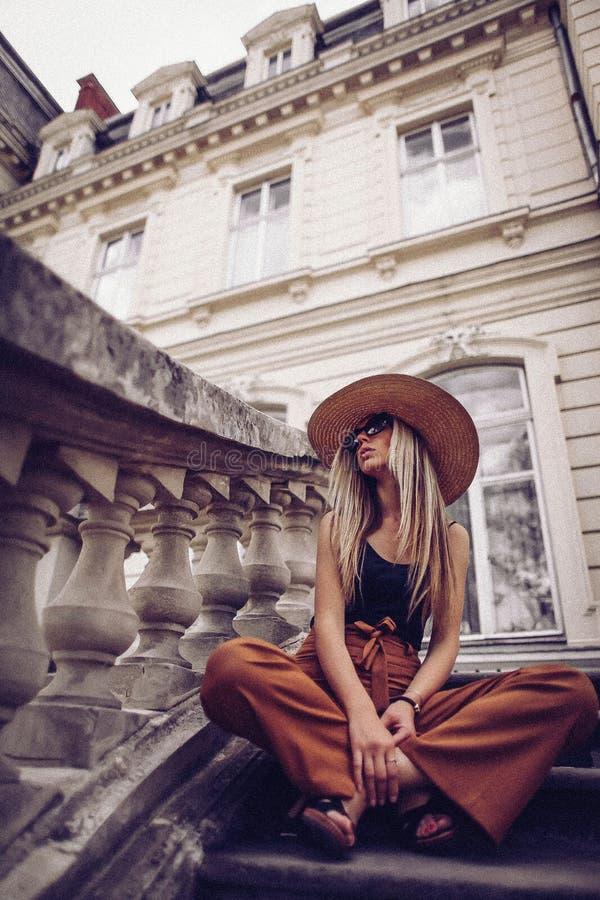 шум сбор винограда типа лилии иллюстрации красный Портрет женщины в Львове, Украине Счастливая чонсервная банка стоковое фото rf