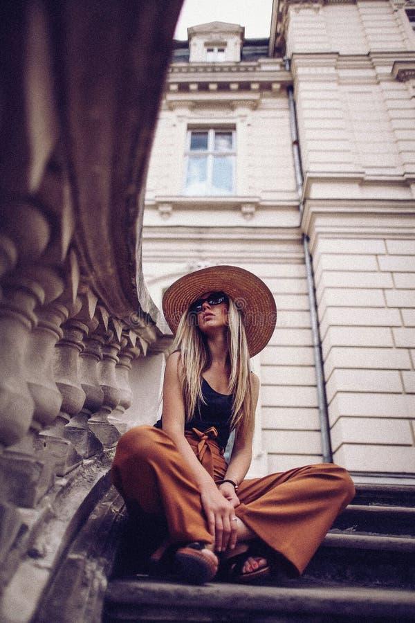 шум сбор винограда типа лилии иллюстрации красный Портрет женщины в Львове, Украине Счастливая чонсервная банка стоковое изображение rf