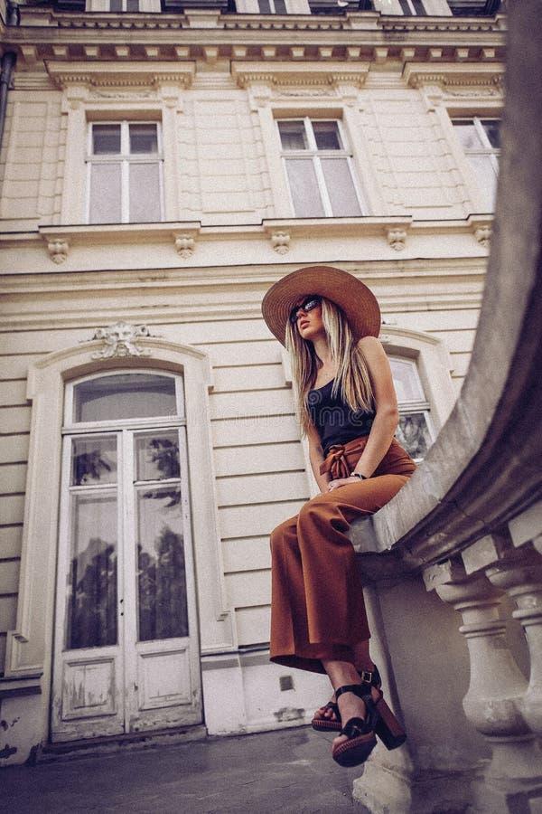 шум сбор винограда типа лилии иллюстрации красный Портрет улицы красивой молодой женщины s стоковое изображение rf