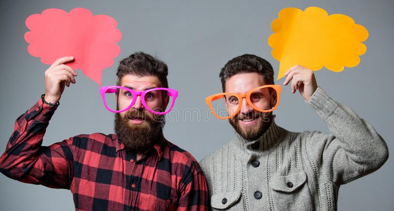 Шутить людей Космос экземпляра пузыря речи мнения доли Чувство шуточных и юмора Люди с хипстером бороды и усика зрелым стоковые фото