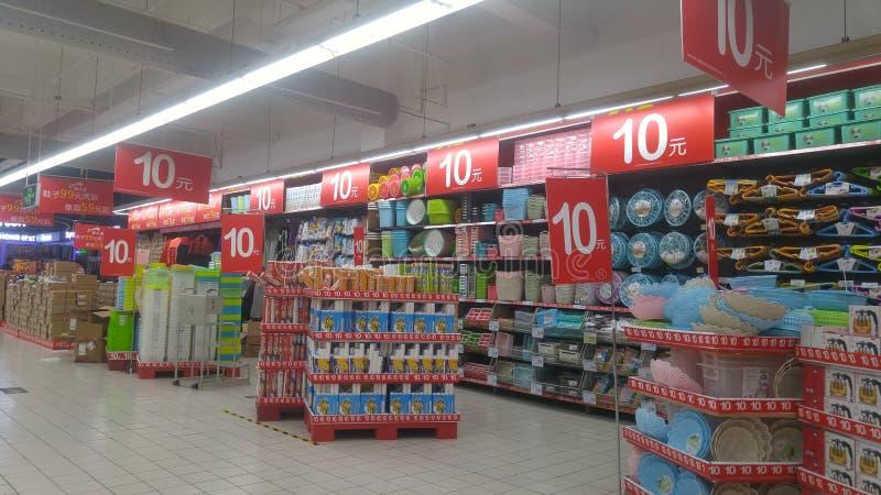 Шэньчжэнь, Китай: ландшафт супермаркета carrefour внутренний, уцененные выдвиженческие товары стоковое фото