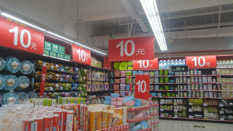 Шэньчжэнь, Китай: ландшафт супермаркета carrefour внутренний, уцененные выдвиженческие товары стоковое изображение