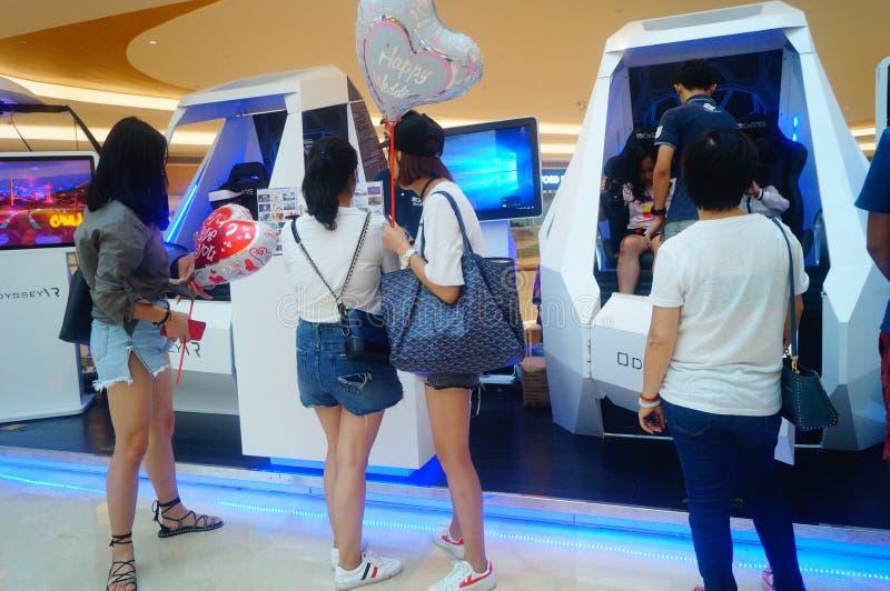 Шэньчжэнь, Китай: опыт виртуальной реальности, женщины счастлив участвовать стоковая фотография