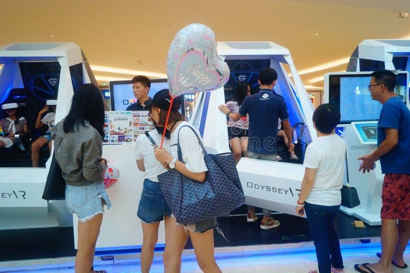 Шэньчжэнь, Китай: опыт виртуальной реальности, женщины счастлив участвовать стоковые фотографии rf