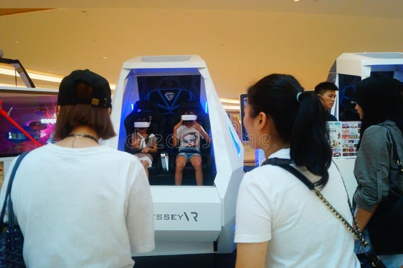 Шэньчжэнь, Китай: опыт виртуальной реальности, женщины счастлив участвовать стоковое фото rf