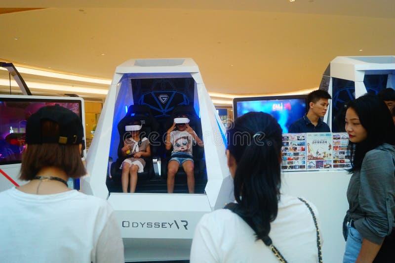 Шэньчжэнь, Китай: опыт виртуальной реальности, женщины счастлив участвовать стоковая фотография rf