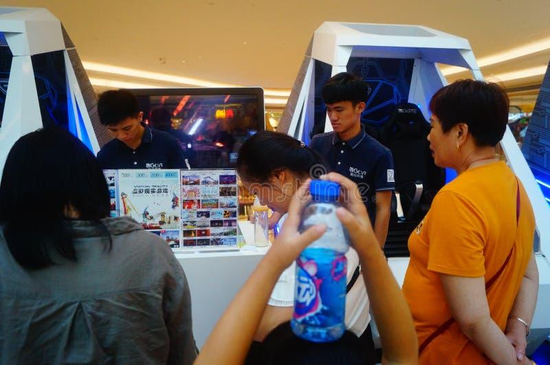 Шэньчжэнь, Китай: опыт виртуальной реальности, женщины счастлив участвовать стоковое изображение
