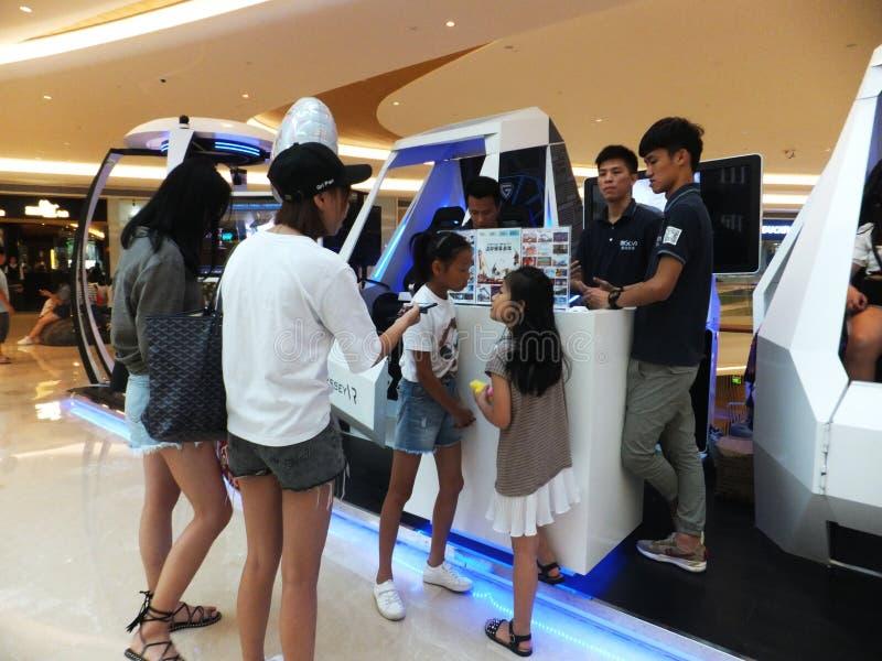 Шэньчжэнь, Китай: опыт виртуальной реальности, женщины счастлив участвовать стоковое изображение rf