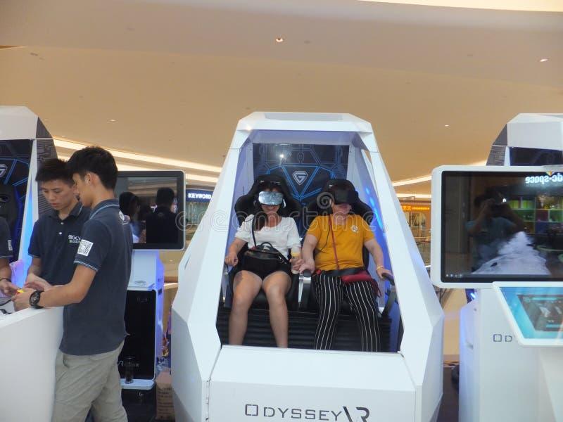 Шэньчжэнь, Китай: опыт виртуальной реальности, женщины счастлив участвовать стоковые изображения rf