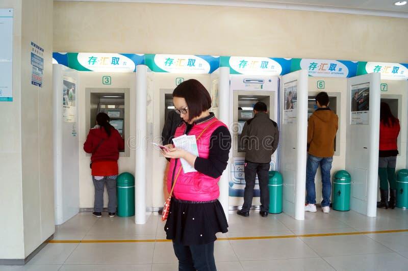 Шэньчжэнь, Китай: доступ машины ATM банка стоковые изображения rf