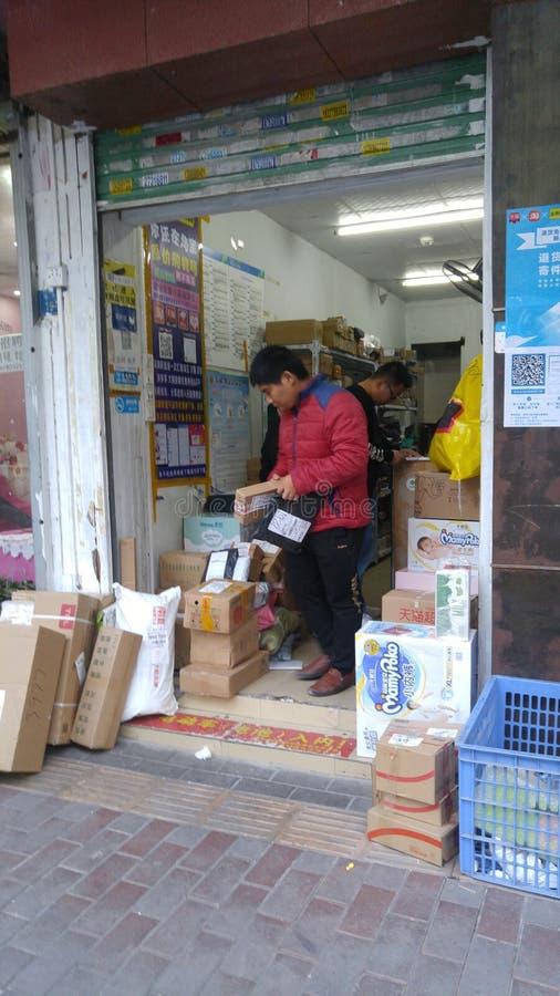 Шэньчжэнь, Китай: радиостанция для приема и отправки экспресс-товаров стоковое изображение rf