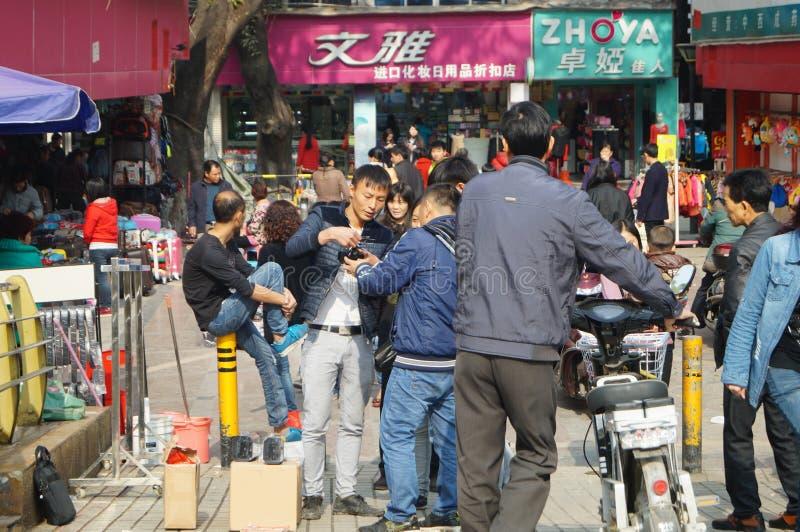 Шэньчжэнь, Китай: стойлы обочины продавая самолет игрушки стоковые изображения rf