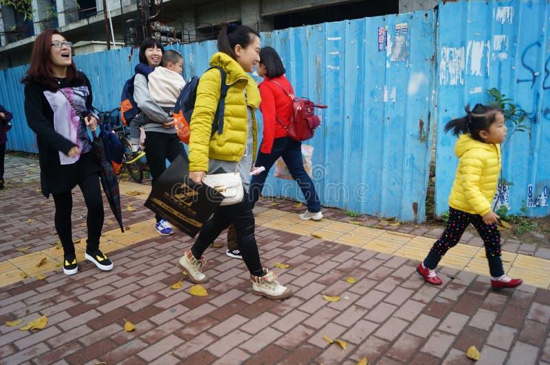 Шэньчжэнь, Китай: через после полудня детского сада после школы, родителей принимает их детей домой стоковые фотографии rf