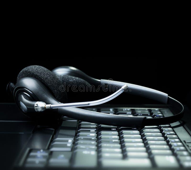 Download Шлемофон на клавиатуре портативного компьютера Стоковое Фото - изображение насчитывающей офис, цвет: 41654154