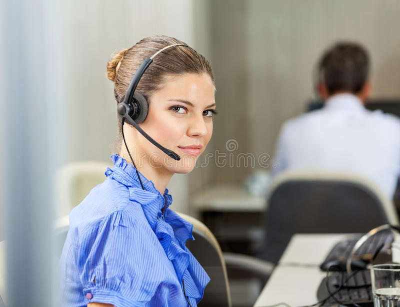 Шлемофон обслуживания клиента исполнительный нося на звонке стоковая фотография rf