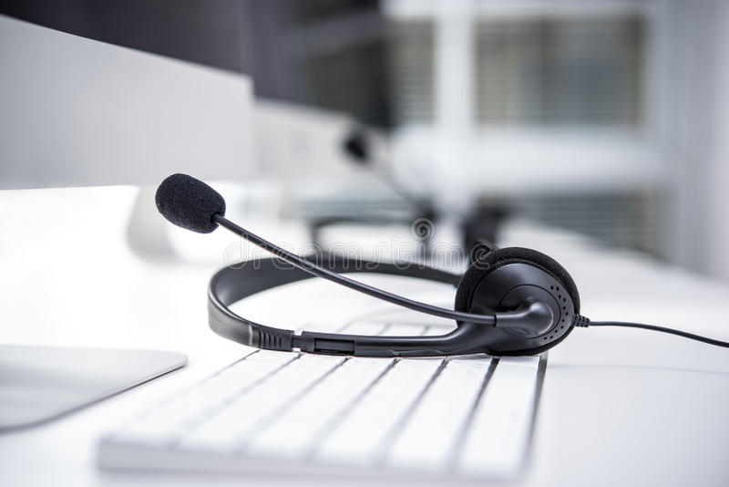 Шлемофон с микрофоном на клавиатуре компьютера стоковое изображение rf