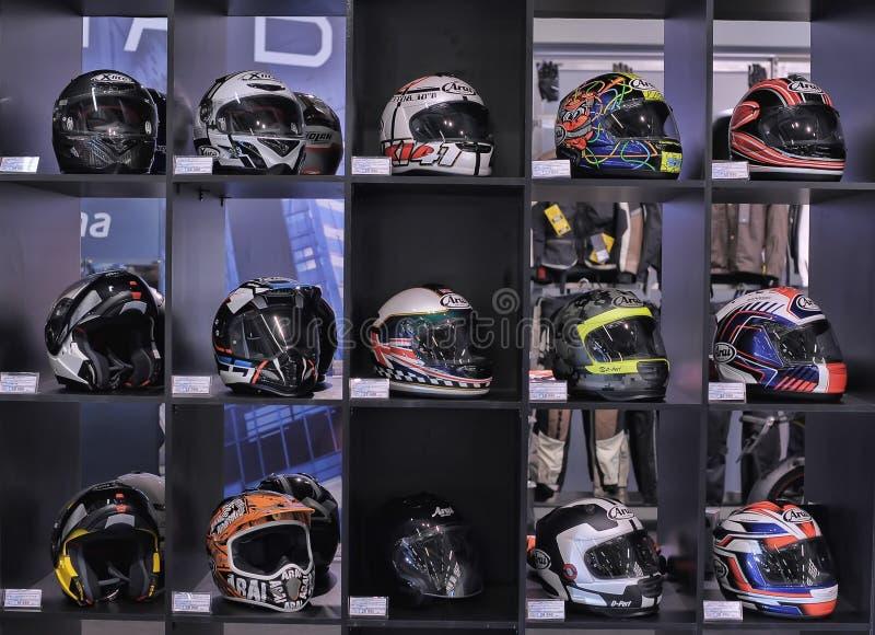 Шлемы для мотоциклинга в магазине стоковое фото rf