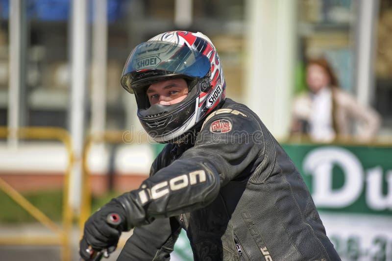 Шлемы для мотоциклинга в магазине стоковые изображения rf