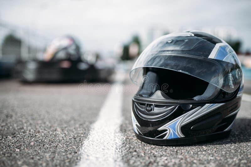 Шлем гонщика на асфальте, karting концепции спорта стоковое изображение