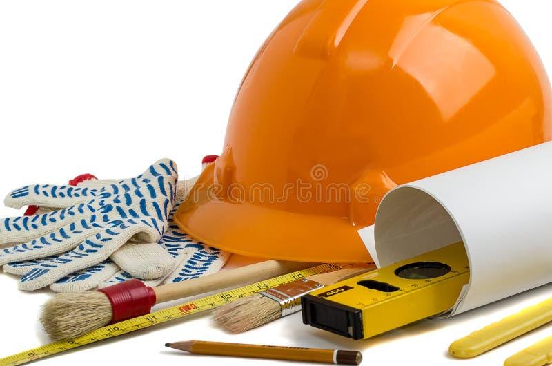 Шлем и инструменты конструкции на белой предпосылке стоковые фотографии rf