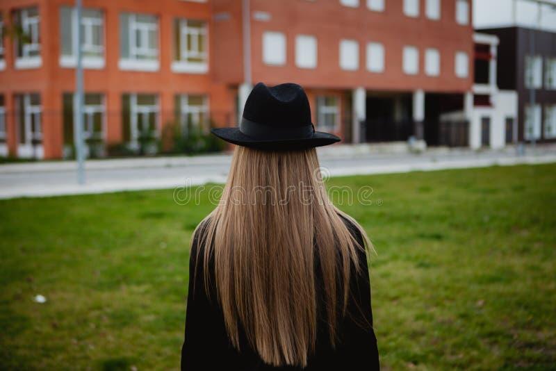 Шлем милой девушки нося стоковое изображение