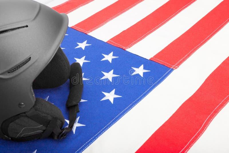 Шлем над флагом США как символ активного уклада жизни стоковые фотографии rf