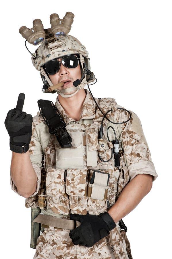 Шлем панцыря человека солдата полный в изолированный стоковые изображения rf