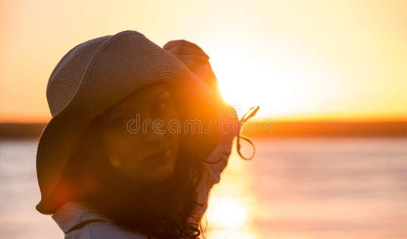 Шлем сторновки женщины нося стоковое фото