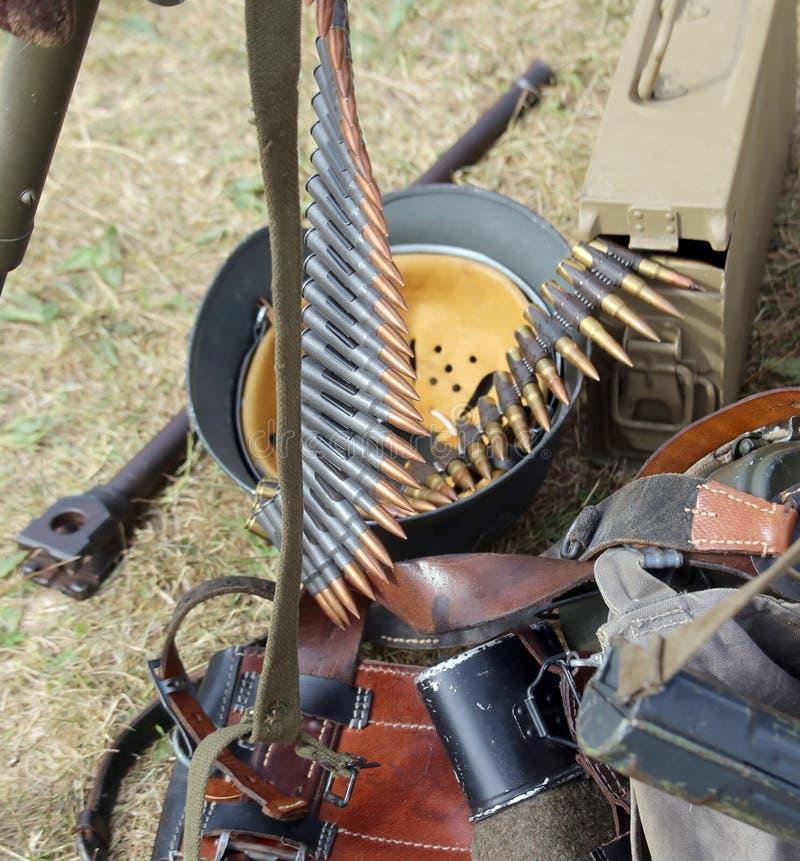 Шлем формы солдата с винтовкой в лагере армии стоковое изображение rf