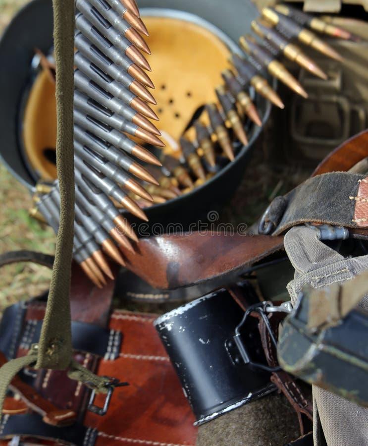 Шлем формы с винтовкой в лагере армии во время exe войны стоковое фото rf