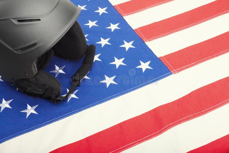 Шлем лыжи над флагом США как символ активного уклада жизни стоковое изображение rf